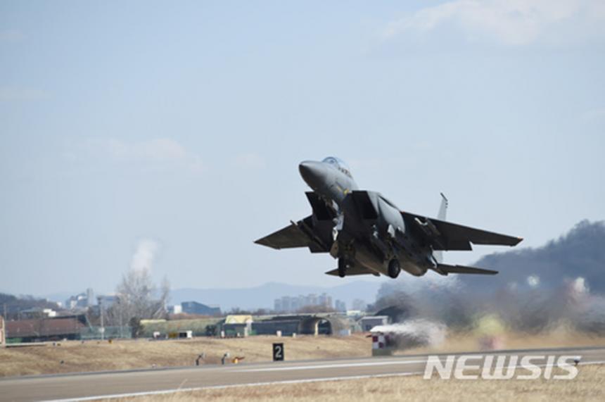 '공중비상대기 항공차단(X-INT)'훈련에서 최신예 전투기 F-15K가 이륙하고 있다. 2018.01.30. / 뉴시스