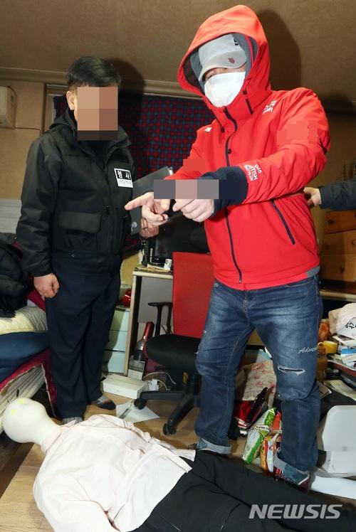3월 21일 경찰이 전북 전주에서 동료 환경미화원을 살해한 이모(50)씨에 대한 현장 검증을 진행하는 가운데 이씨가 자신의 자택에서 범행 당시 모습을 재연하고 있다 / 뉴시스