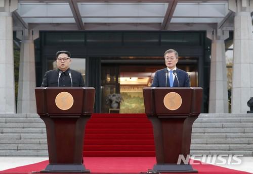 [4·27 판문점선언] 문재인 대통령, 김정은과 '완전한 비핵화·종전선언' 합의 이끌어내 / 뉴시스