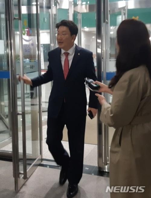 """[야당근황] '자유한국당' 권성동 의원, '강원랜드 채용비리' 질문에 """"청탁안했고, 외압 관련없다"""" / 뉴시스"""