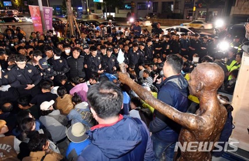 강제 징용 노동자상 설치 대치상황 / 사진제공 뉴시스