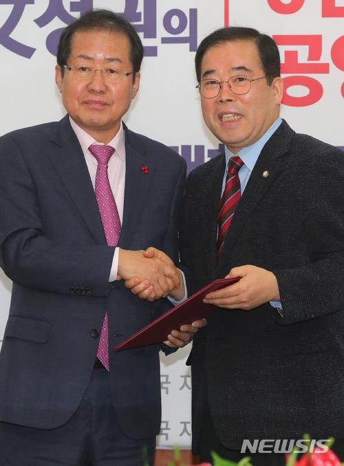 '야당근황' 자유한국당, MBC·네이버 고발 예정 '여론조사 왜곡·편파뉴스배열' / 뉴시스