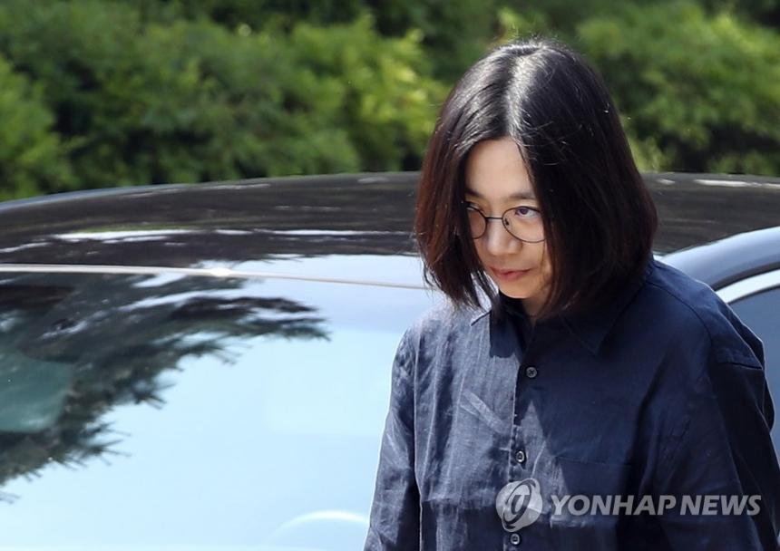 조현아 대한항공 전 부사장이 6월 4일 오전 밀수·탈세 혐의에 대해 조사받기 위해 인천본부세관에 출석하고 있다 / 연합뉴스