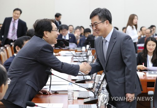 자유한국당 심재철 의원-김동연 경제부총리 / 연합뉴스