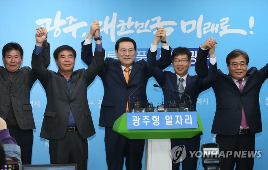 이용섭(가운데) 시장이 '광주형 일자리'와 관련해 진행된 원탁회의 결과를 발표하고 기념사진을 찍고 있다/ 연합뉴스 제공
