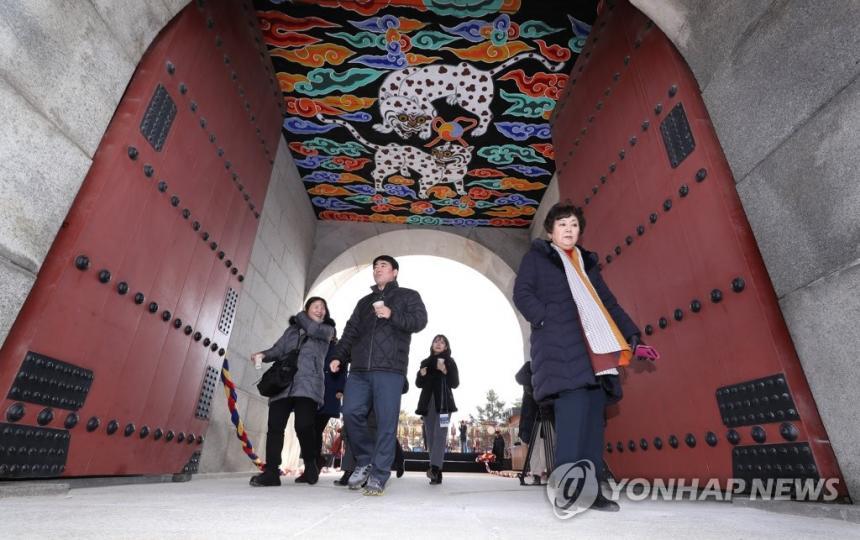 영추문 지나는 시민들 / 연합뉴스