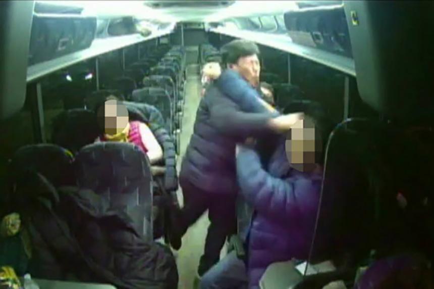 예천군의회 박종철 의원 가이드 폭행 CCTV 영상 공개 / 연합뉴스