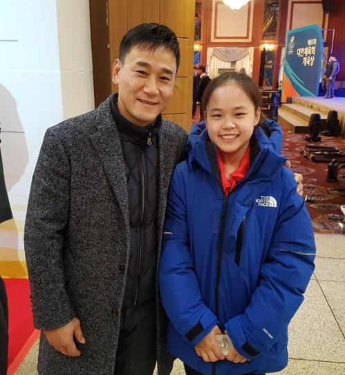 한국 체조의 살아있는 전설 여홍철 경희대 교수(왼쪽)와 딸이자 체조대표팀 간판인 여서정 / 연합뉴스