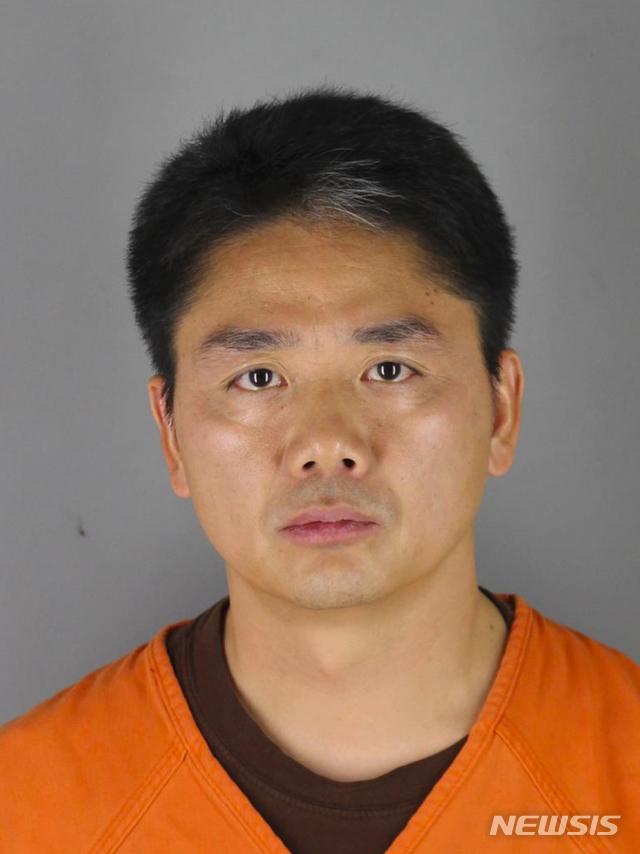 중국 2위 전자상거래 기업 징둥닷컴(JD.com) 창업자이자 회당인 류창둥(45) 회장이 지난달 31일(현지시간) 미국 미네소타주에서 성범죄 혐의로 체포됐다가 하루 만에 풀려났다. 미네소타주 미니애폴리스 헤네핀 경찰 당국이 공개한 류창둥의 머그샷(범인 식별용 얼굴 사진) 2018.09.03 / 뉴시스