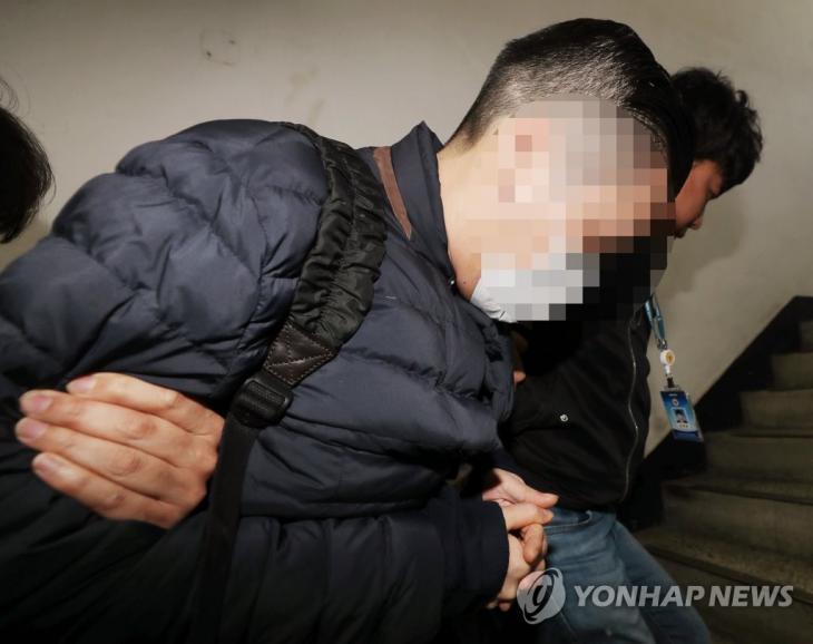 압송되는 SK그룹 창업자 손자 최모씨 [연합뉴스 자료사진]
