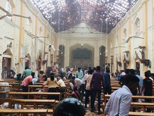 스리랑카 수도 콜롬보의 한 교회에서 부활절인 21일(현지시간) 폭발이 발생해 내부가 부서져 있다. 콜롬보와 주변 지역에 있는 교회와 호텔 등 8곳에서 발생한 이번 참사로 200명이 넘게 숨지고 450여명이 다쳤다. 2019.4.22 [스리랑카 교회 페이스북 캡처]