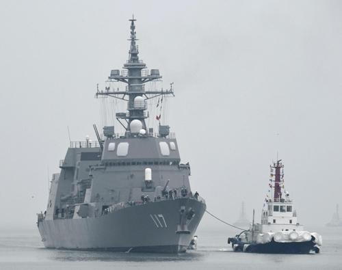 中국제관함식 참석 日호위함 칭다오 입항중국 칭다오(靑島) 앞바다에서 열리는 중국 해군 창설 70주년 기념 국제관함식에 참석하기 위해 21일 칭다오항에 입항하는 일본 호위함 '스즈쓰키'호.