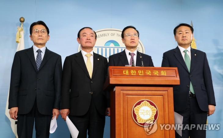 '패스트트랙' 브리핑하는 여야 4당 원내대표들자유한국당을 뺀 여야 4당 원내대표들이 22일 오후 국회 정론관에서 선거제·개혁법안 패스트트랙(신속처리안건 지정) 처리 방안 등과 관련해 브리핑하고 있다. 한국당은 이날 패스트트랙을 4월 국회뿐만 아니라 20대 국회 전체를 마비시키는 '의회 쿠데타'로 규정, 총력투쟁에 나설 것임을 경고했다. 정의당 윤소하 원내대표(왼쪽부터), 민주평화당 장병완, 더불어민주당 홍영표, 바른미래당 김관영. / 연합뉴스
