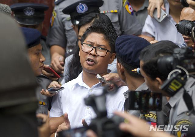 미얀마 양곤에서 3일 로이터 소속의 와 론 기자가 법원에 떠나면서 취재진의 인터뷰에 응하고 있다. 이날 법원은 와 론과 쪼 소에 우 기자에게 7년형을 선고했다. / 뉴시스