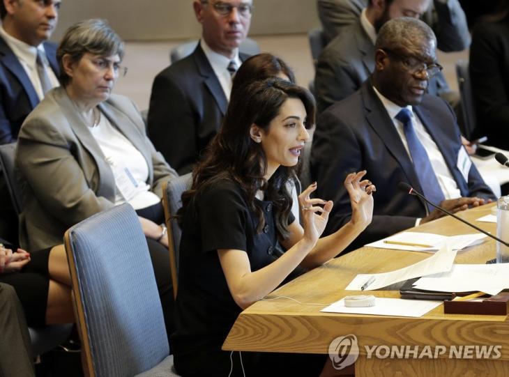 유엔 안보리 회의에서 발언하는 아말 클루니 [AP=연합뉴스]