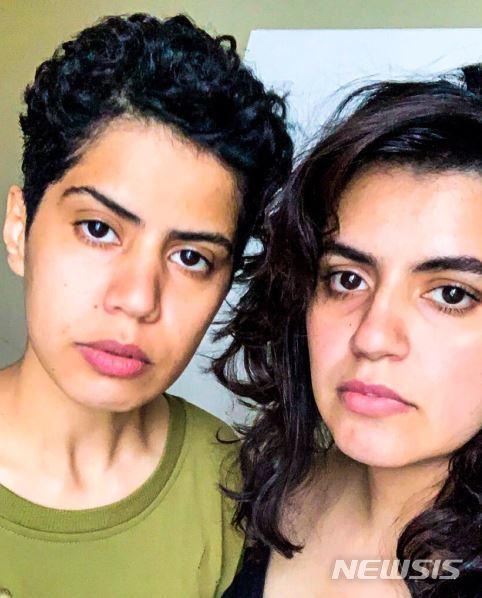 가족으로부터의 압박과 학대에서 벗어나기 위해 조지아로 탈출한 사우디아라비아의 20대 자매가 사우디의 비인간적인 여성 감시 어플을 삭제해야 한다고 24일(현지시간) 주장했다. (사진=알수바이에 자매 트위터 @GeorgiaSisters2