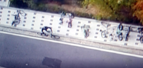 범행 후 자전거를 타고 가는 절도범[대전 유성경찰서 제공]