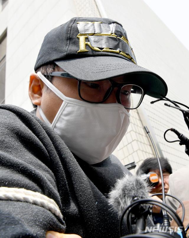 자신의 성범죄를 신고한 중학생 의붓딸을 살해·유기한 혐의를 받는 김모(31)씨가 1일 광주지법에서 구속 전 피의자심문(영장실질심사)를 받고 호송차로 이동하고 있다. / 연합뉴스