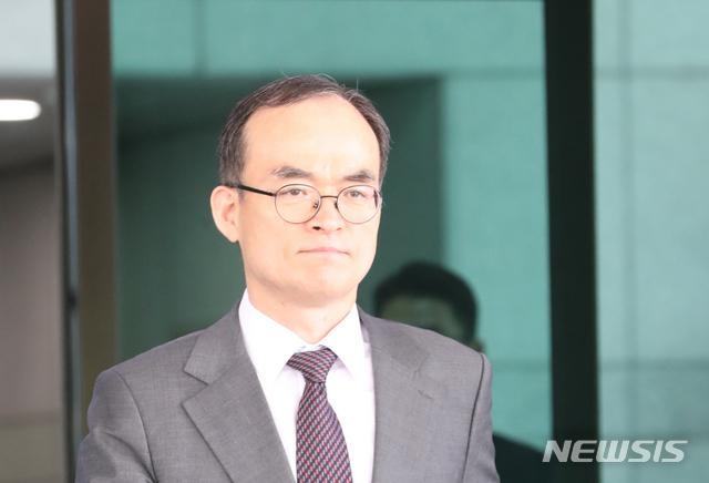 문무일 검창총장이 패스트트랙을 반대했다가 야당의 호된 질책에 4일 급 귀국키로 했다.  / 뉴시스