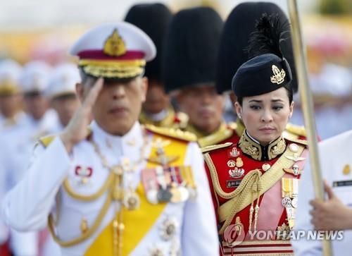 수티다 왕비가 왕실 근위대장 당시 국왕을 수행하던 모습(2019.4.6)[EPA=연합뉴스](태국 왕실 제공)