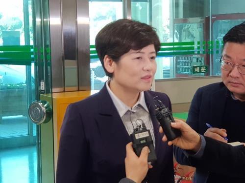 법정 나오는 강은희 대구교육감[연합뉴스 자료사진]