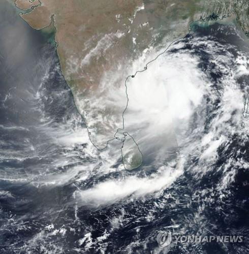 인도 동부 상륙을 앞둔 초대형 사이클론 '파니'의 위성사진. [EPA=연합뉴스]