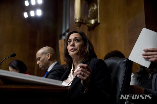 미국 민주당 경선 주자인 카멀라 해리스(오른쪽) 상원의원(캘리포니아)이 1일(현지시간) 청문회에서 윌리엄 바 법무부 장관의 증언을 듣고 있다. 2019.05.13. / 뉴시스