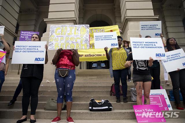 """브라이언 켐프 미 조지아주 주지사가 7일(현지시간) 심장 박동이 측정된 태아의 낙태를 금지하는 HB481 법안에 서명한 가운데 이에 반대하는 사람들이 조지아주 의회 앞에서 시위하고 있다. 시위에 참석한 낙태 권리 옹호자들은 """"임신 사실을 깨닫는 데만 6주 이상 걸리는 경우도 많아 비현실적인 규제""""라고 주장하며 강력하게 반발하고 있다.'심장 박동 법안'(Heartbeat Bill)으로도 불리는 이 법안은 태아의 심장 박동이 감별된 이후에는 낙태 시술을 금지하는 것을 골자로 내년 1월 1일부터 시행되며 미국에서 가장 강력한 낙태 규제법으로 평가된다. 2019.05.08. / 뉴시스"""