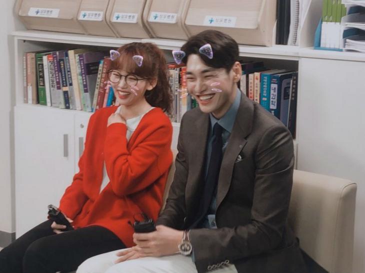 """'너의 결혼식' 김영광, 진기주와 웃음꽃 만개...""""뭐가 그렇게 웃긴 거..."""