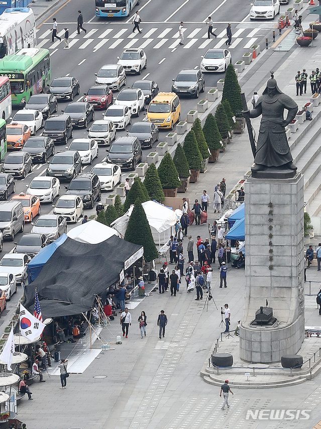 우리공화당(구 대한애국당) 관계자들이 26일 오전 서울 종로구 광화문광장에서 서울시에 의해 전날 철거된 천막을 재설치 한 후 밤을 새우며 지키고 있다 / 뉴시스