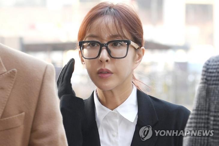 도박혐의 첫 공판 출석한 슈의 모습 / 연합뉴스