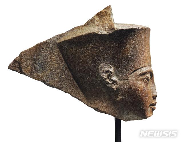 약 3000년된 이집트 '소년 파라오' 투탕카멘의 조각상이 오는 4일 영국 런던에서 경매될 예정이어서 논란이 되고 있다. 이집트 정부는 이 조각상의 경매 중단 및 반환을 강력히 요구하고 있다. 사진은 지난 6월 11일 크리스티경매가 제공한 것이다. 2019.07.01 / 크리스티경매·AP/뉴시스