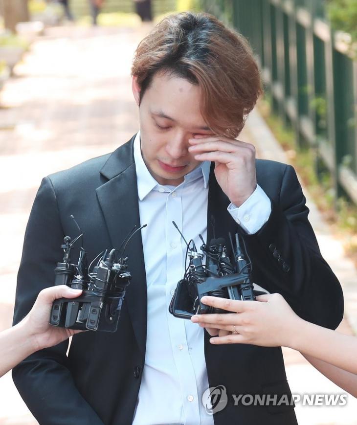 훌쩍이는 박유천 / 연합뉴스