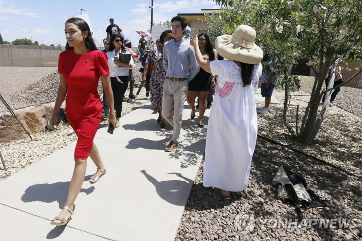 국경의 이민자 수용시설 방문한 오카시오-코르테스 의원 [AP=연합뉴스]
