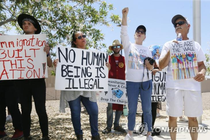 국경 이민자 수용시설 앞의 시위대 [AP=연합뉴스]