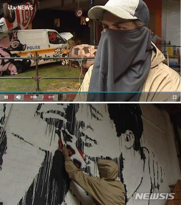 영국 ITV가 4일(현지시간) 거리의 예술가 '뱅크시'로 추정되는 인물을 인터뷰한 동영상을 공개했다. 2003년 촬영된 영상에서 그는 모자와 티셔츠로 얼굴을 가리고 자신의 작품을 설명했다. (사진=ITV 캡처) 2019.07.05.