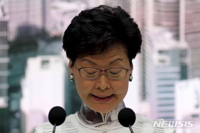 캐리 람 홍콩 행정장관은 지난 6월 15일(현지시간) 정부청사에서 열린 긴급 회견에서 발언하고 있다. / 뉴시스