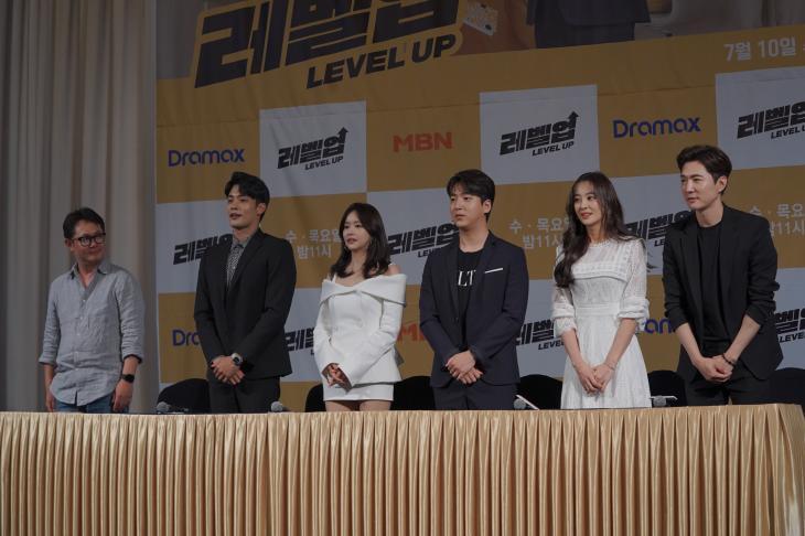 드라마 레벨업 출연진-김상우 감독 단체샷 / 와이트리컴퍼니 제공