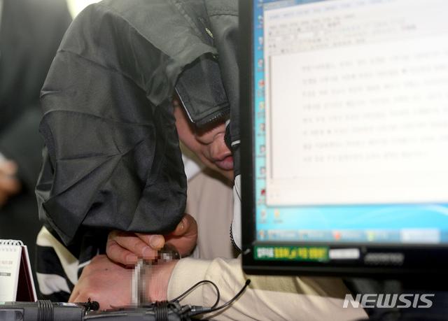 한때 대도(大盜)로 불렸던 조세형(81)이 75세였던 2013년 4월 서울 서초경찰서 형사과에서 절도 혐의로 조사를 받고 있다. 조씨는 당시엔 서울 서초구 서초동 한 고급 빌라 유리창을 깨고 침입, 시가 3000~5000만원 상당의 고급시계와 금반지 등 귀금속 33점을 훔친 혐의를 받았다. 지난 1일에는 서울 광진구의 한 다세대 주택에 침입해 현금 6만원을 챙겨 달아난 혐의로 검거돼 9일 구속됐다.2019.06.15./ 뉴시스