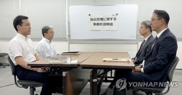 마주 앉은 한·일 '수출 규제' 실무 협의 대표들.2019.7.12 / 연합뉴스