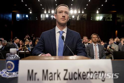 마크 저커버그 페이스북 최고경영자(오른쪽)가 10일(현지시간) 미국 워싱턴 상원 청문회에서 페이스북 사용자의 개인정보 유출사건에 관해 증언하고 있다. 2018.04.11 / 뉴시스