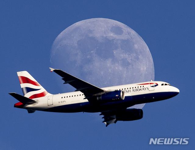 지난달 13일(현지시간) 독일 프랑크푸르트를 비행 중인 영국항공(BA) 여객기. 2019.07.19./ 뉴시스