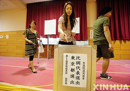 지난 2010년 7월11일 일본 도쿄 시부야(渋谷)의 한 선거구에서 한 유권자가 참의원 선거 투표를 하고 있다. 아베 신조(安倍晉三) 총리 정권에 대한 평가 성격을 띈 것으로 간주되는 일본 참의원 선거가 21일 오전 7시 전국 약 4만7000곳의 투표소에서 시작됐다. 2019.7.21 / 뉴시스