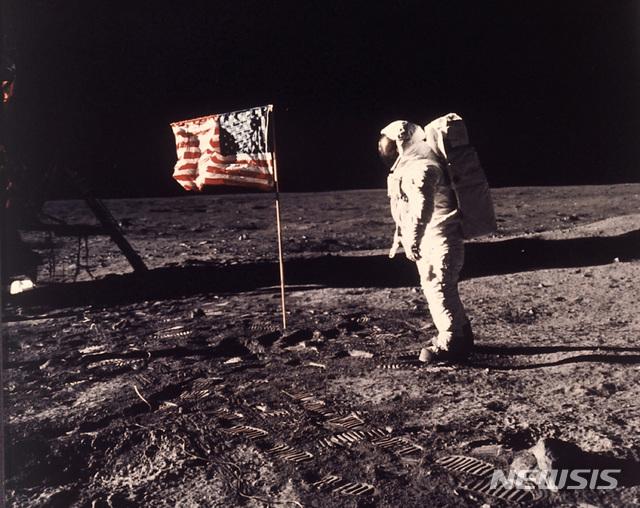 인류 최초로 인간이 달에 착륙한지 20일로 꼭 50년이 된다. 사진은 1969년 7월 20일 미항공우주국(NASA)의 버즈 올드린이 달표면에 꽂은 성조기 옆에 서있는 모습. 2019.07.10 / 뉴시스