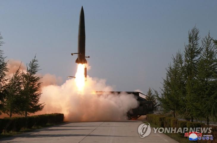 """북한, 강원도 원산에서 신형 단거리 미사일 2발 발사. 북한은 25일 강원도 원산 호도반도 일대에서 신형 단거리 미사일 2발을 발사했다. 합동참모본부의 한 관계자는 """"북한이 오늘 오전 5시 34분과 5시 57분경 발사한 미상의 발사체 2발은 모두 단거리 미사일로 평가한다""""면서 """"모두 고도 50여㎞로 날아가 동해상으로 낙하한 것으로 추정한다""""고 밝혔다. 군 전문가들은 북한이 지난 5월 4일과 9일 '북한판 이스칸데르급' 미사일을 두차례 시험 발사한 이후 이 미사일 성능을 지속적인 개량해온 점으로 미뤄, 같은 기종을 발사했을 것으로 추정하고 있다. 사진은 지난 5월 9일 조선중앙통신이 보도한 북한 전연(전방) 및 서부전선방어부대들의 화력타격훈련 도중 이동식 미사일발사차량(TEL)에서 발사되는 단거리 발사체의 모습. 2019.7.25 / 연합뉴스"""