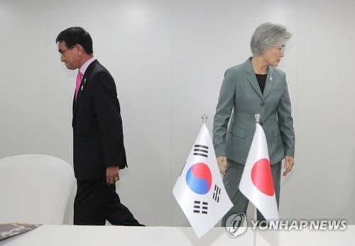 고노 다로 일본 외무상-강경화 외교부 장관 / 연합뉴스