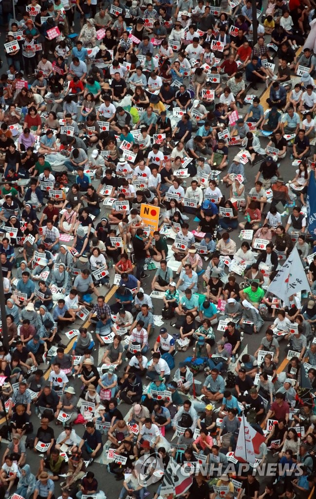 3일 저녁 서울 종로구 옛 일본대사관 앞에서 아베규탄 시민행동 주최로 열린 '역사왜곡, 경제침략, 평화위협 아베정권 규탄 3차 촛불문화제'에서 참가자들이 구호를 외치고 있다. 2019.8.3 / 연합뉴스