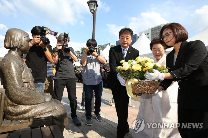 성남시청 평화의 소녀상에서 열린 '일본군 위안부 피해자 기림의 날' 기념식 / 연합뉴스