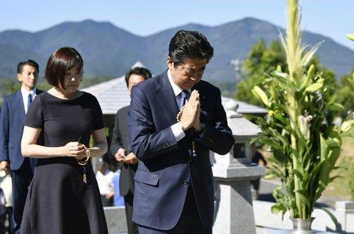 아베 신조 일본 총리가 지난 13일 야마구치(山口)현 나가토(長門)에 있는 선친 묘소를 참배하고 있다. / 연합뉴스