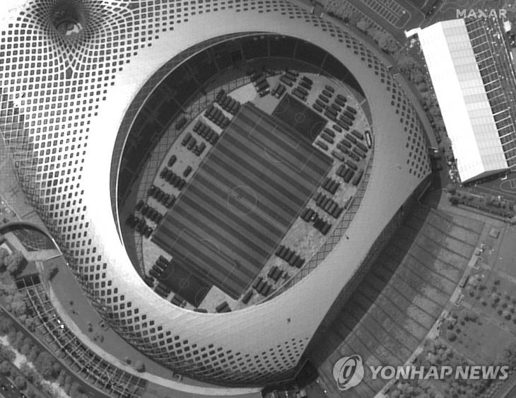 홍콩과 접한 중국 남부 선전의 선전 만 스포츠센터에 집결한 중국 보안군 차량들 모습. 지난 12일 촬영된 '막사르 테크놀로지스'사 위성 사진 / 연합뉴스